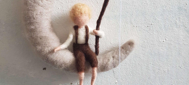 waldorfinspirierte Figuren aus Filz Junge im Mond