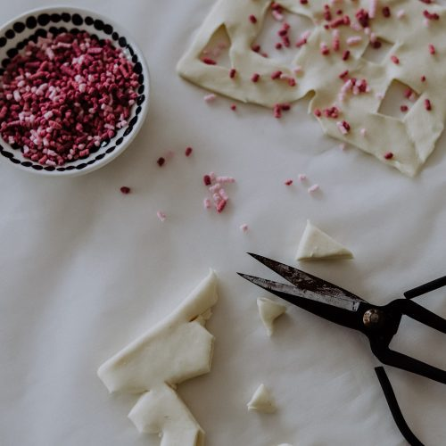 Weihnachtsbäckerei: Schneeflocken als Scherenschnitt aus Blätterteig