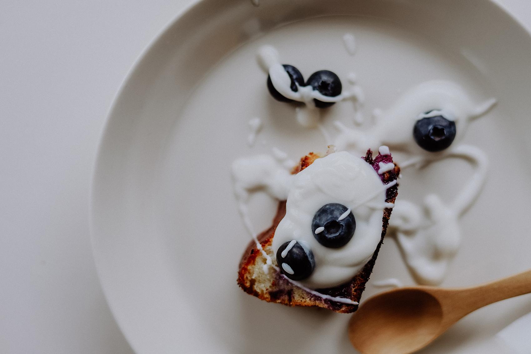 Sommerlicher Zitronen Joghurt Kuchen mit Blaubeeren