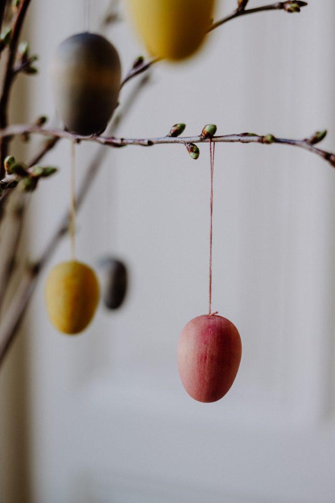 Einfacher Osterzweig: Holz Eier natürlich färben