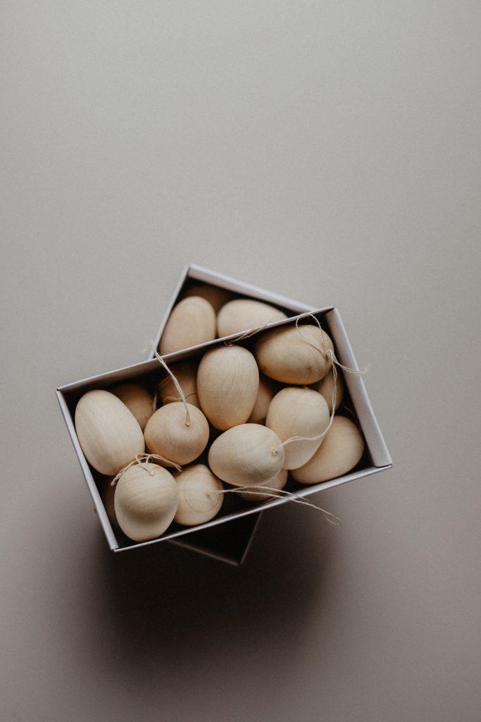 Osterzweig: Holz Eier einfach natürlich färben