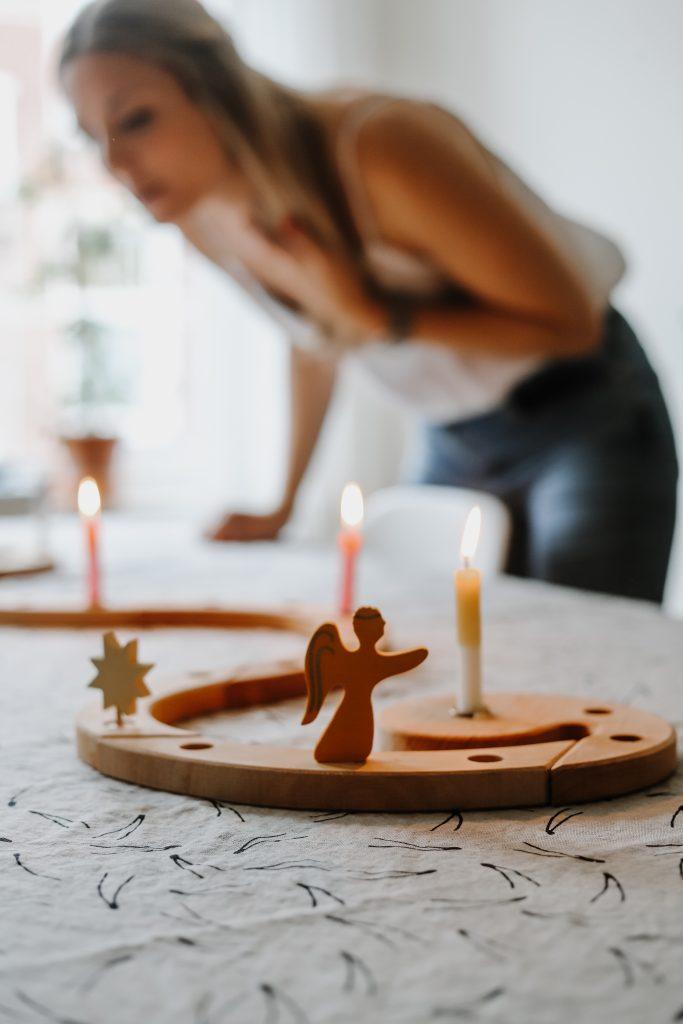 Adventsspirale von Grimms: Nachhaltiger Adventskalender aus Holz - Dip Dye Kerzen Frau Gold