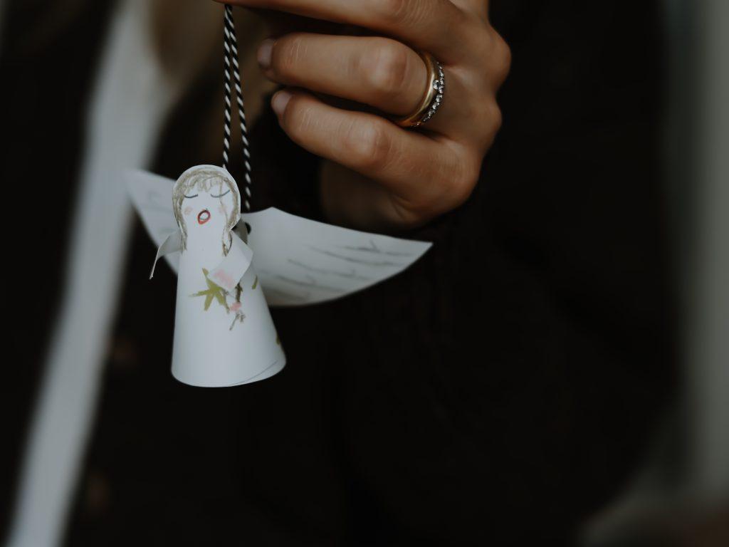 Weihnachtsdeko basteln mit Kindern: Einfach schöne Engel aus Papier