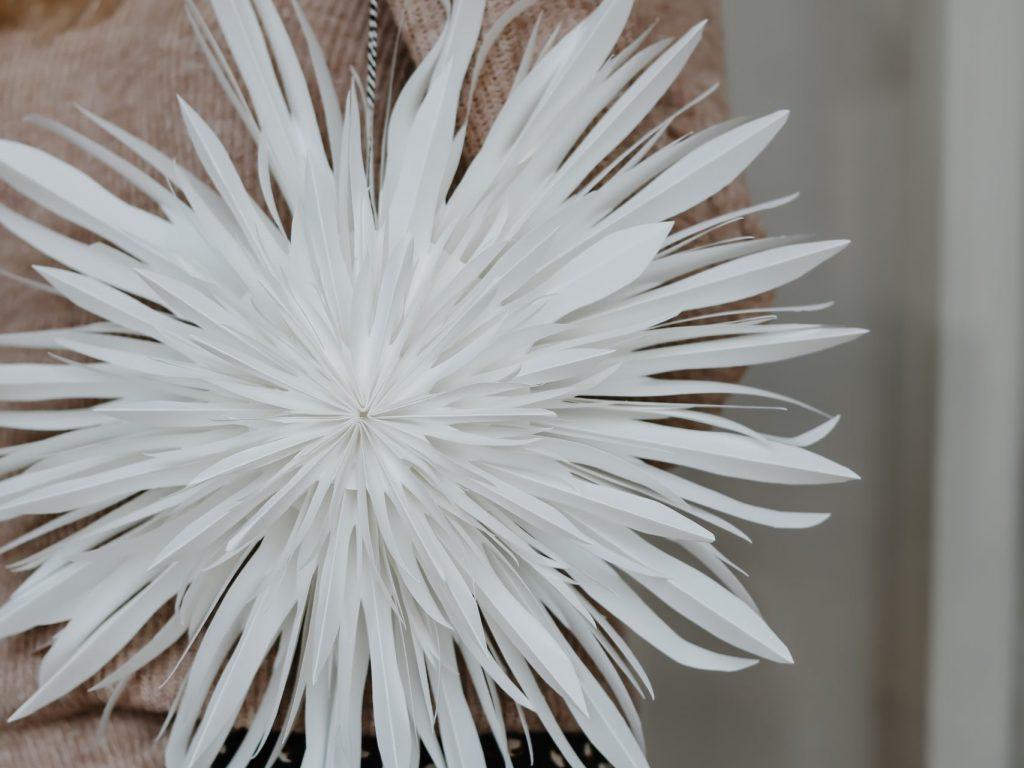DIY Weihnachtsstern aus Papier falten: Der selbst gemachte Dahlienstern